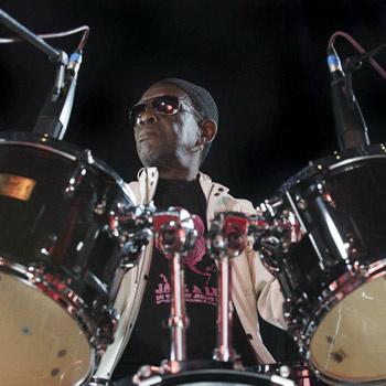 Харизматичный нигериец Тони, сидя за своей массивной барабанной установкой, поражает талантом всех, кто его видит и слышит.