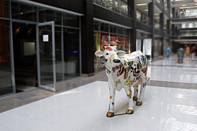 Цветные коровы привезены сюда из ГУМа.
