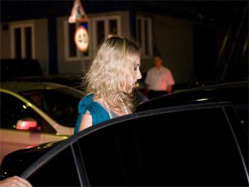 Ксения Собчак садится в тонированный автомобиль.