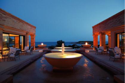 Вечерний вид на залив со стороны лобби отеля Cape Sounio впечатляет.