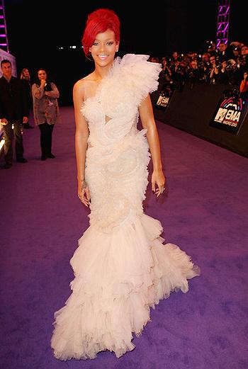 На ковровой дорожке певица появилась в кремовом платье Marchesa.