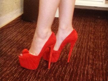Вика Дайнеко - счастливая обладательница краасных туфель на шпильке.
