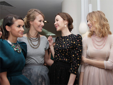 Ульяна Сергеенко в окружении подруг и клиенток - Мирочславы Думы, Ксении Собчак и Елены Перминовой.