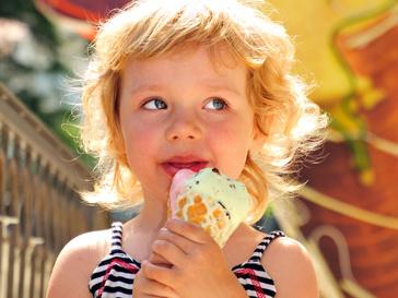 Ребенок на празднике с мороженым