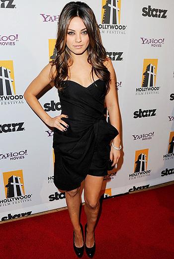 Мила Кунис - актриса, которая в декабре презентует фильм «Черный лебедь», остановилась на открытом черном платье.