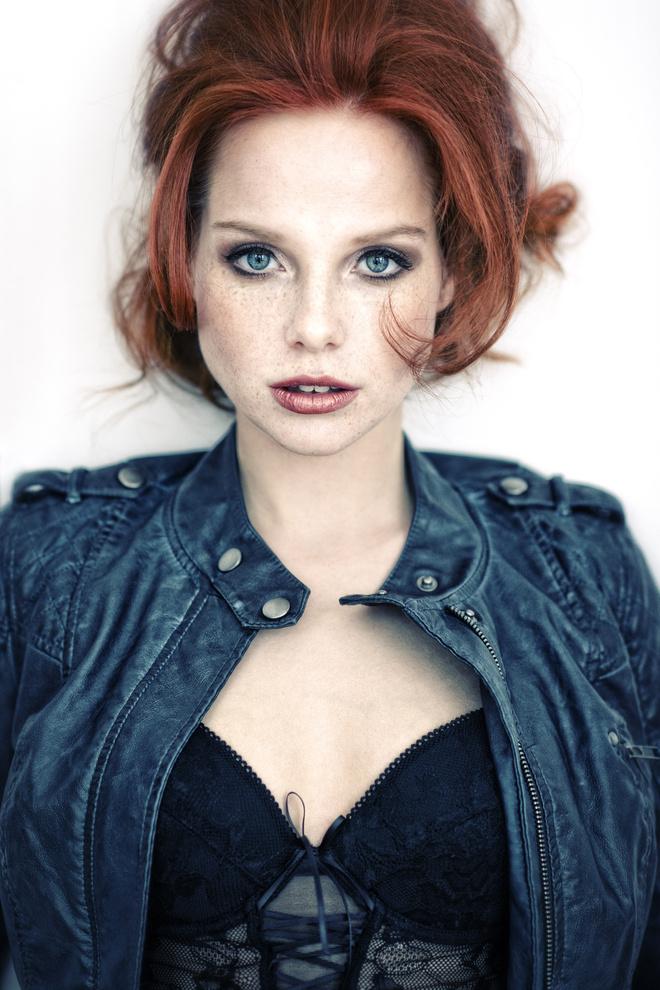 голубые глаза и рыжие волосы