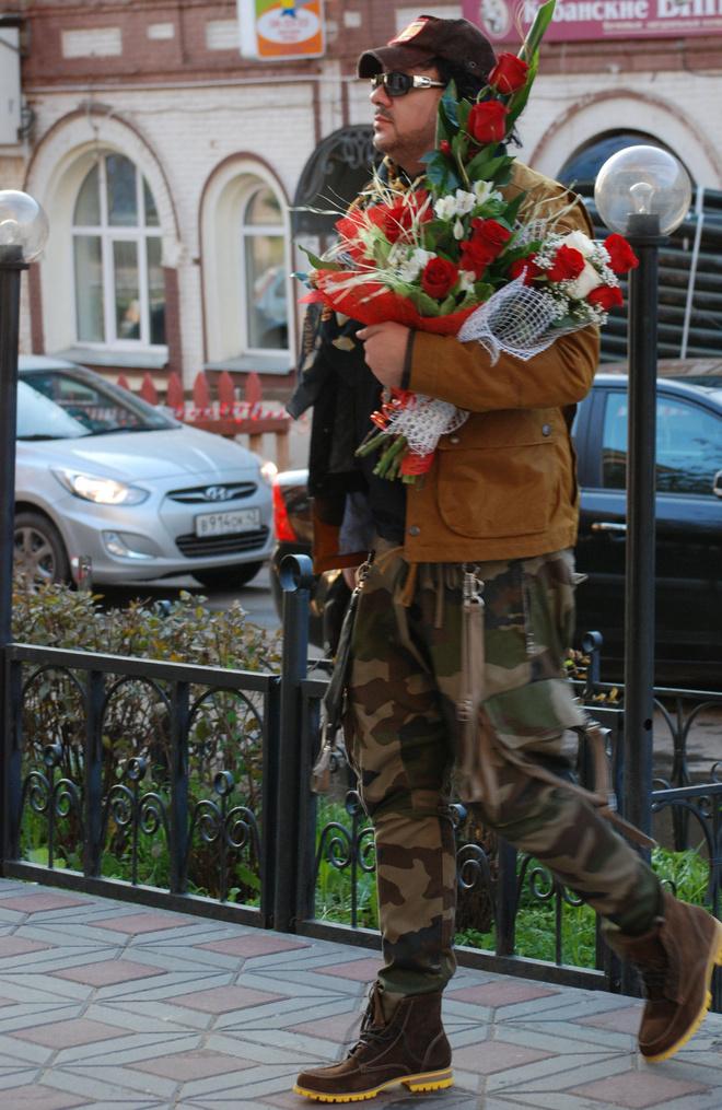 Филипп Киркоров у входа в Центральную гостиницу