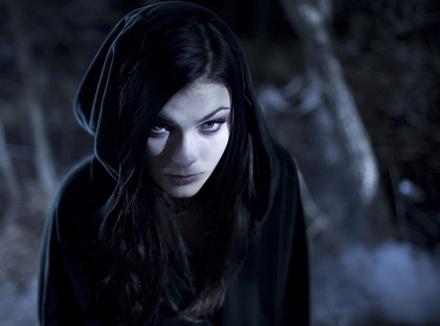 Она увлекается сюжетами о вампирах