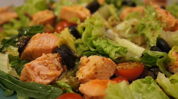 Салат с жареной рыбой и лимонно-имбирной заправкой.