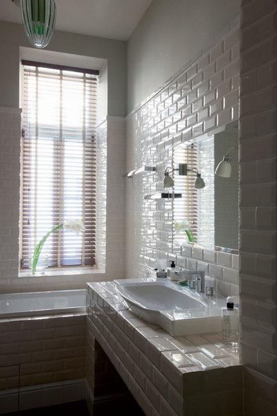 Ванная — одна из любимых комнат Софико. Раковина, Villeroy & Boch. Смеситель, Hansgrohe. Светильники куплены в салоне Lege Alto.