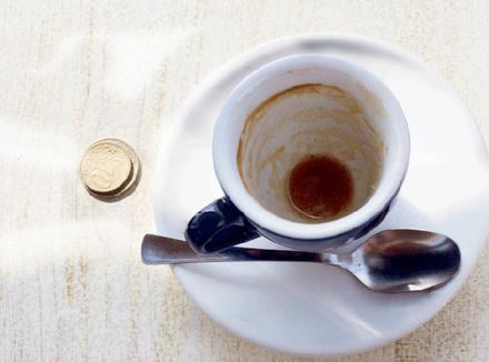 Чашка кофе и чаевые
