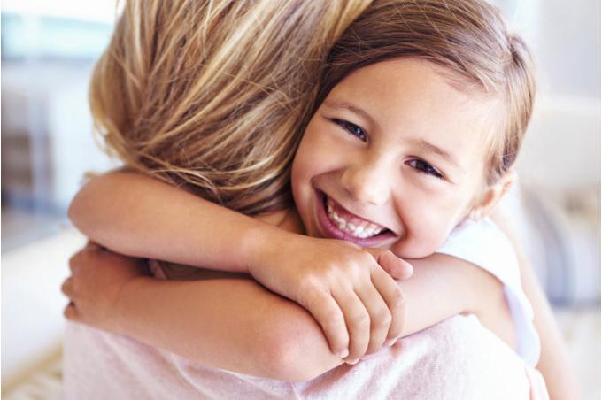 Девочка обнимает свою любимую маму