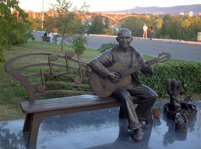 Памятник Славе Глюку в Красноярске