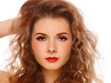 Мужчины-начальники отдают предпочтение женщинам с яркими макияжем