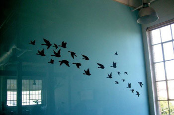 В каждой комнате офиса стены выкрашены цветной краской. Для декора во многих из зон использованы наклейки. На этой изображены птицы, летящие, по всей видимости, на важные онлайн-переговоры.