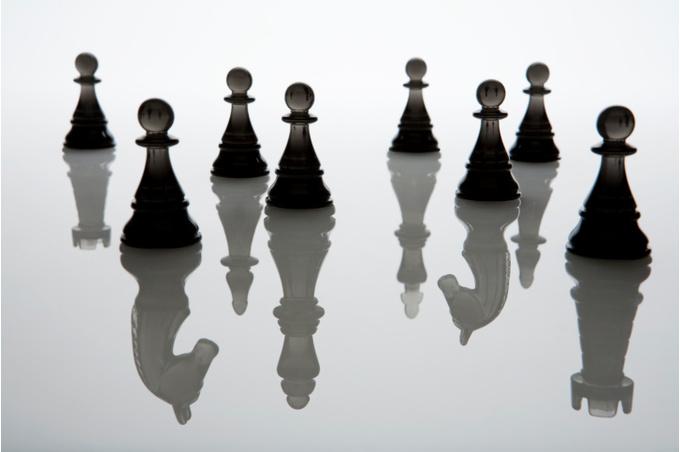 Шахматные фигуры с отражением