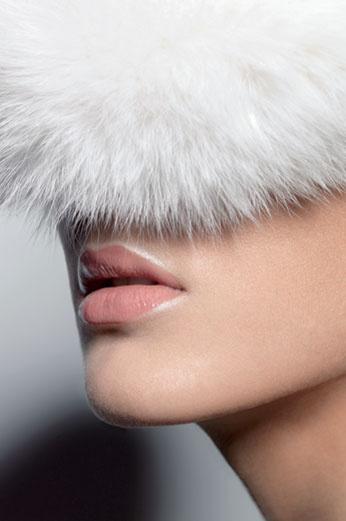 Макияж модели: тональное средство Diorskin Airflash, оттенок № 200; блеск для губ Rouge Dior, оттенок Pink Elixir. шапка из меха, «Екатерина»