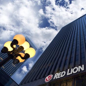 Red Lion Hotel, расположенный на берегу пляжа Голливуд, предлагает гостям номера с балконами с видом на бухту.