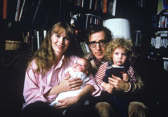 Вуди Аллен и Миа Фэрроу с приемными детьми Мозеса и Дилан