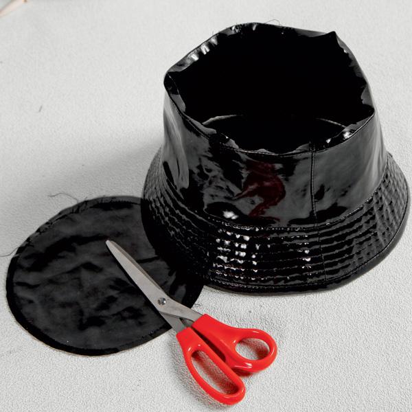 Предварительно распоров шов, удаляют основание тульи. Затем, используя пульверизатор, абажур окрашивают в черный цвет.