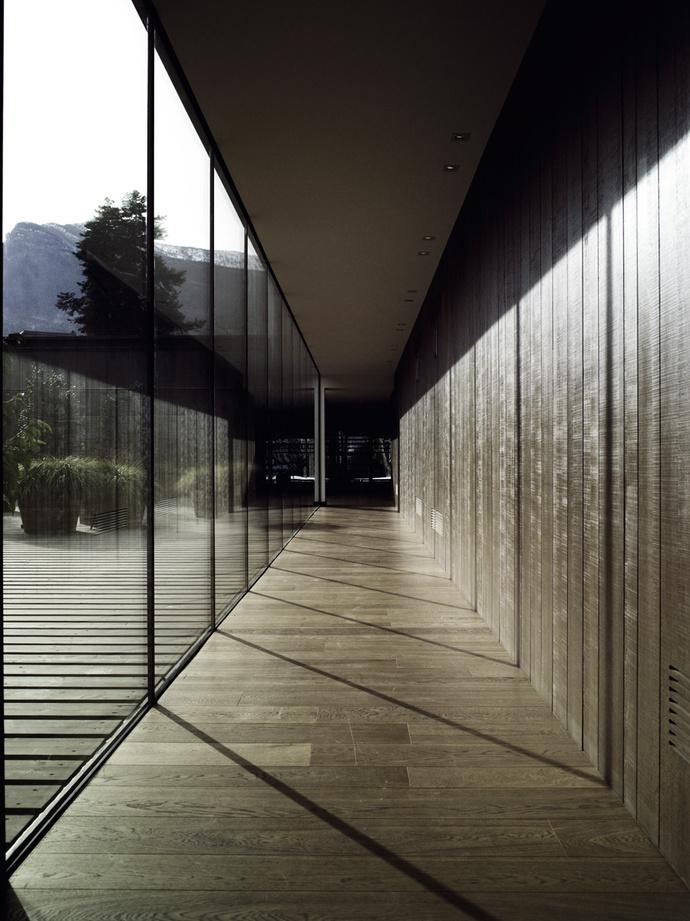 Переход от отеля к ресторану. Застекленная стена позволяет гостям любоваться старинным парком по пути на завтрак или ужин.