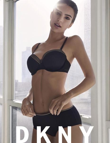 Эмили Ратажковски показала свои сильные стороны врекламе нижнего белья