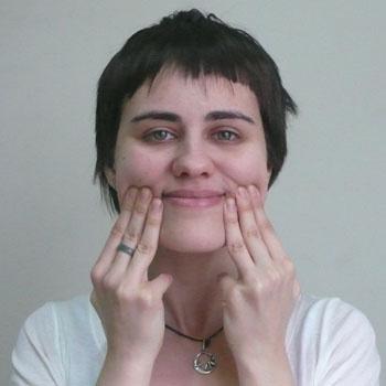 3. Упражнение для щек. Улыбаться, приложив пальцы к уголкам рта. Мышцы рта и щек, до самых ушей, очень сильно напрячь. Расслабить.