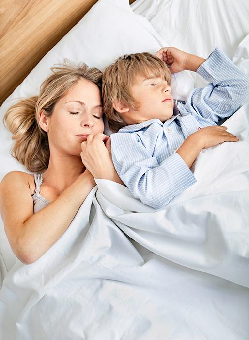 сын спи т с мамой и возбуждается
