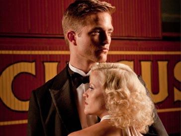 Роберт Паттинсон (Robert Pattinson) и Риз Уизерспун (Reese Witherspoon) в фильме «Воды слонам!»