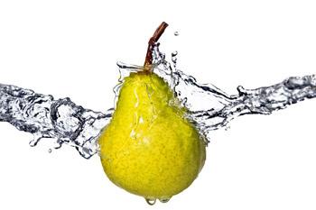 Воду содержат многие продукты, особенно фрукты и овощи.
