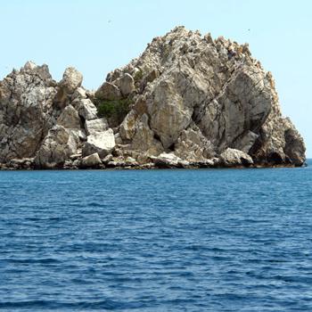 Адалары, острова-близнецы, находятся в 300 м от берега, напротив лагеря «Артек».