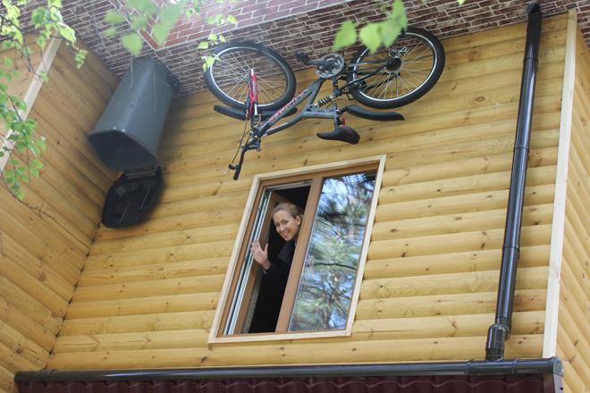 А вот и велосипед за окнами. Или под окнами?