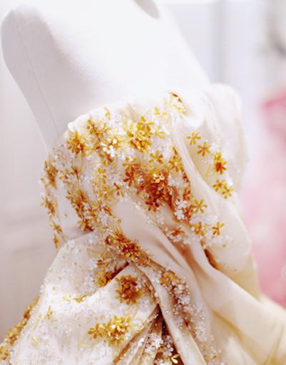 Нежное кружево и вышивка - главные элементы декора любого платья