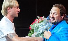 Плющенко подарил Михайлову букет алых роз