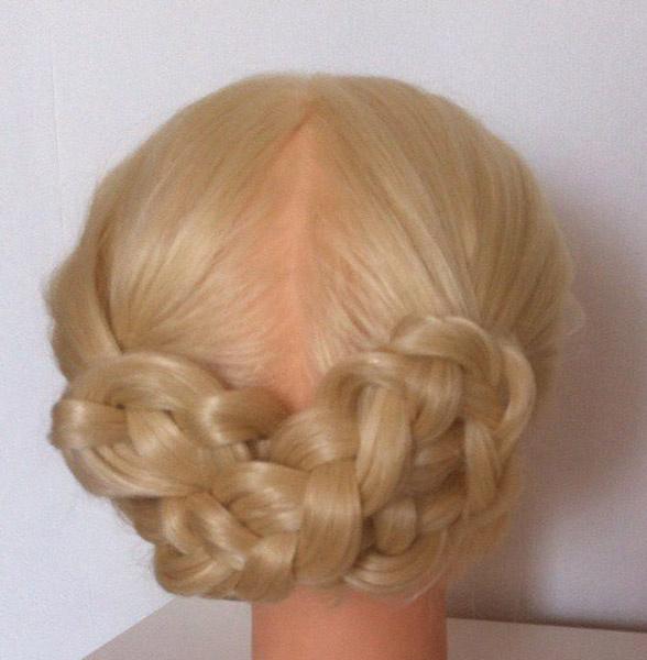 Две косы, собранные восьмеркой на затылке