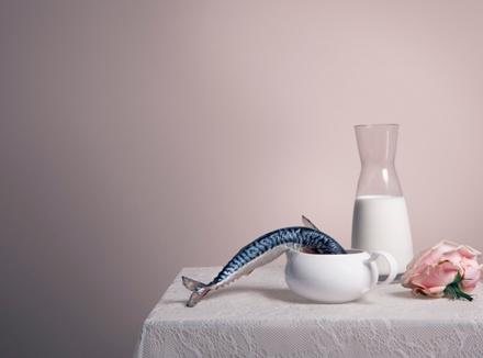 Натюрморт: молоко и рыба