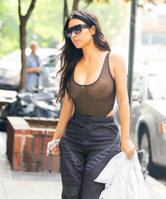 Ким Кардашьян опять прогулялась без лифчика
