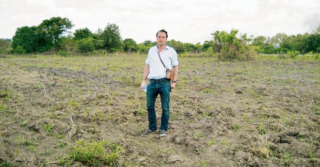 Дизайнер марки Noir Питер Ингверсен на хлопковой плантации в Уганде