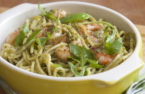 Спагетти с соусом песто и креветками