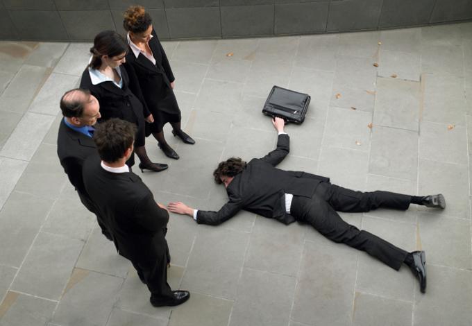 Мужчина лежит на асфальте