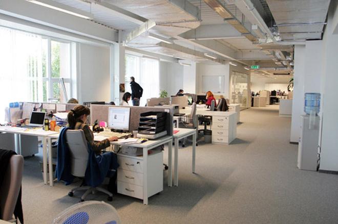Офис Rambler очень светлый, за счет белых стен и, конечно, больших окон.