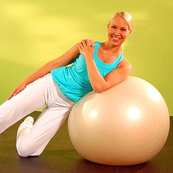 Главные упражнения на фитболе – это перекаты, наклоны, скручивания, подъемы и мостики.