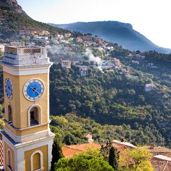 Деревушка Эзе нависает прямо над Монако, однако разглядеть миллионеров в бинокль будет не так-то просто.