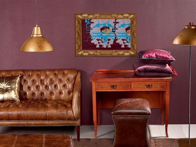 Искусственно состаренная кожа, использованная для обивки дивана, эффектно выглядит рядом с натуральным буком, из которого выполнен антикварный столик. Пуф Waisted Ottoman (Halo), 29 630 руб., Home Concept.