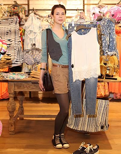 Катя отдала предпочтение простому белому топу и классическим джинсам