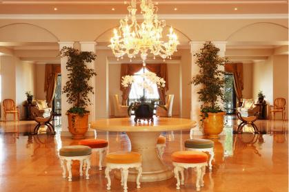 Лобби отеля Corfu Imperial впечатляет избыточной роскошью «французских» интерьеров.