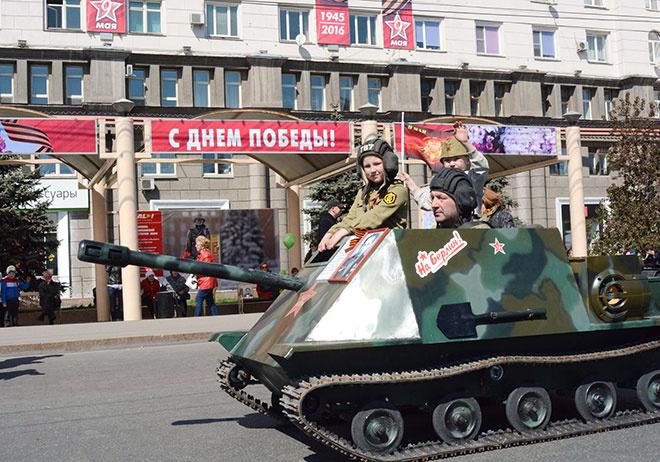 Челябинцы прокатились на танке и на диване