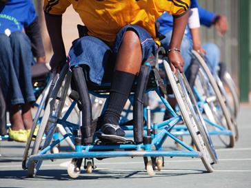 Спортсмен-паралимпиец во время спортивного состязания