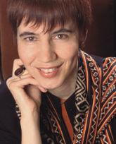 Ольга Вайнштейн, культуролог, историк моды, доктор филологических наук, автор многих статей и монографий, среди которых – «Денди: мода, литература, стиль жизни» (НЛО, 2005).