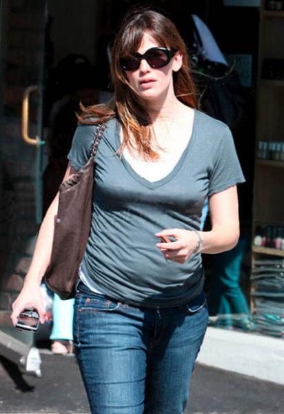 Дженнифер Гарнер после родов не потеряла, а набрала в весе (на прогулке в апреле 2009 года)